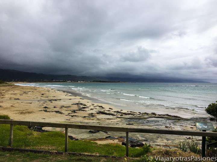 Bonito atardecer en la playa de Marengo en recorrer la Great Ocean Road, cerca de Apollo Bay en Australia