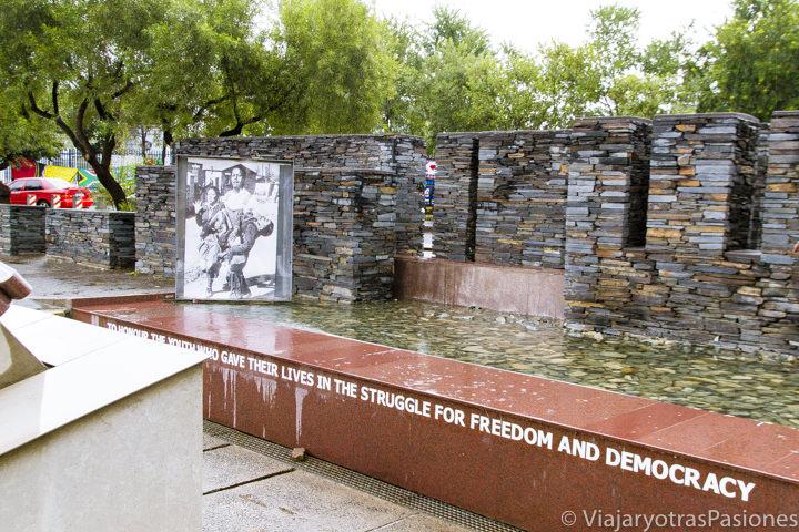 Histórico monumento Hector Pieterson en el barrio de Soweto en Johannesburgo en Sudáfrica