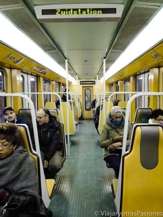 Interior de la metro para moverse en Bruselas , Bélgica