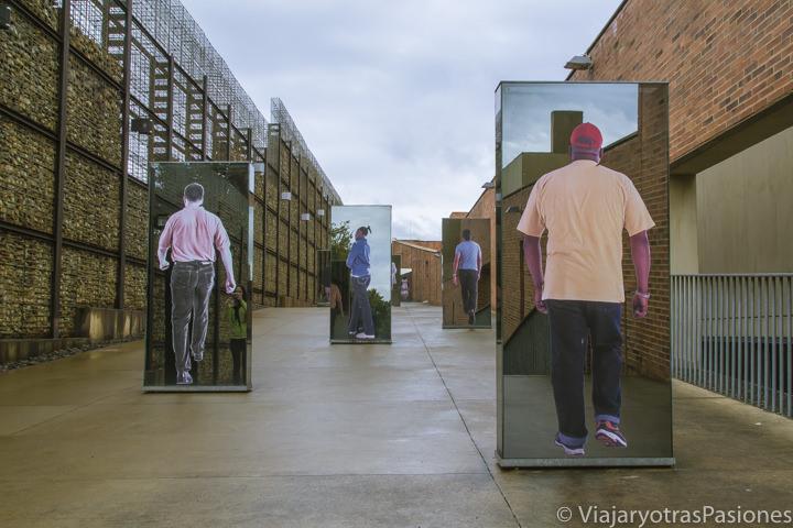 Pasillo exterior del museo del Apartheid Johannesburgo en Sudáfrica