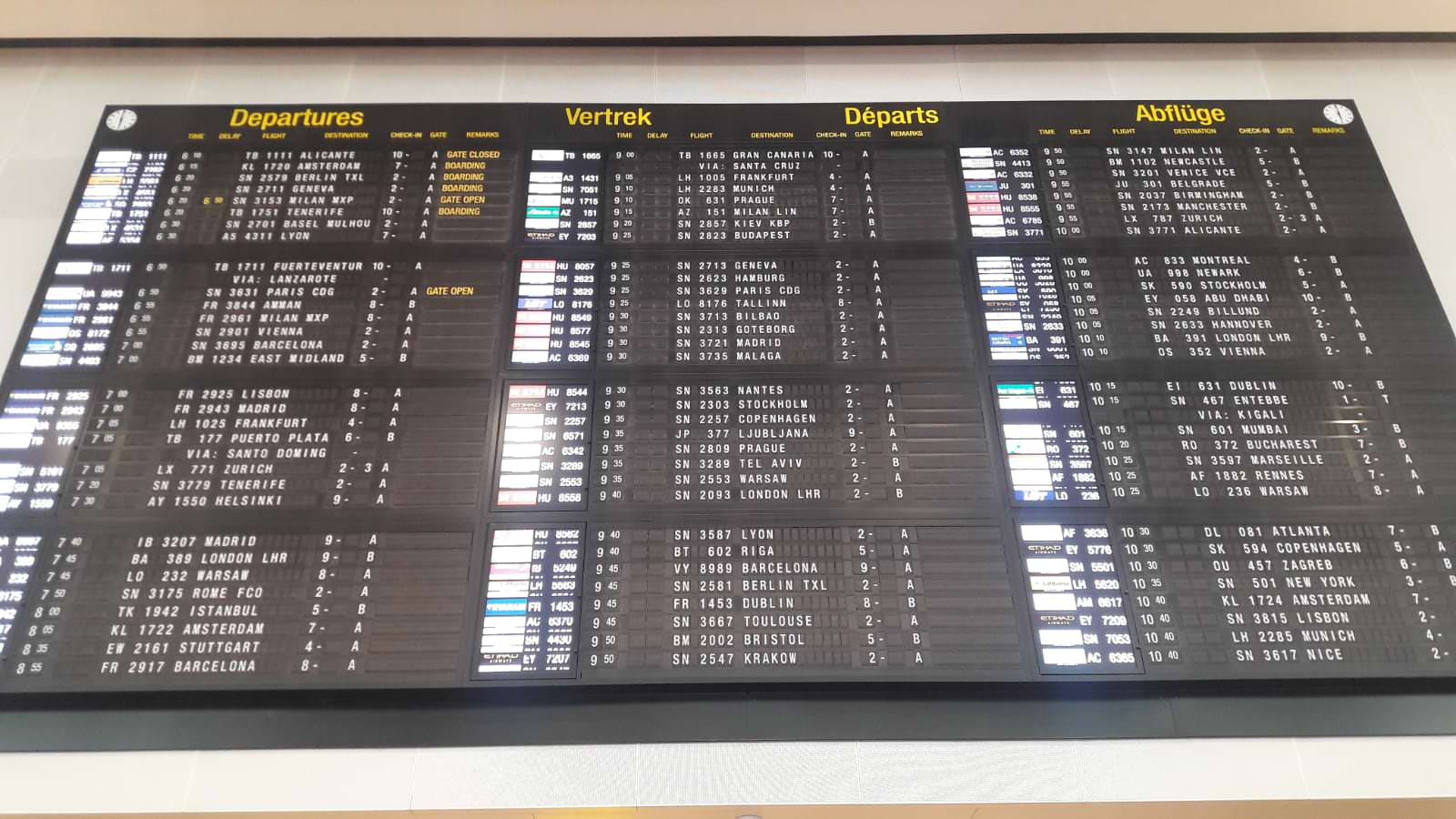 Pantalla de los destinos en el interior del aeropuerto de Bruselas en Bélgica