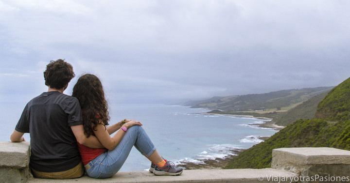Sentados en un hermoso mirador de la Great Ocean Road en Australia