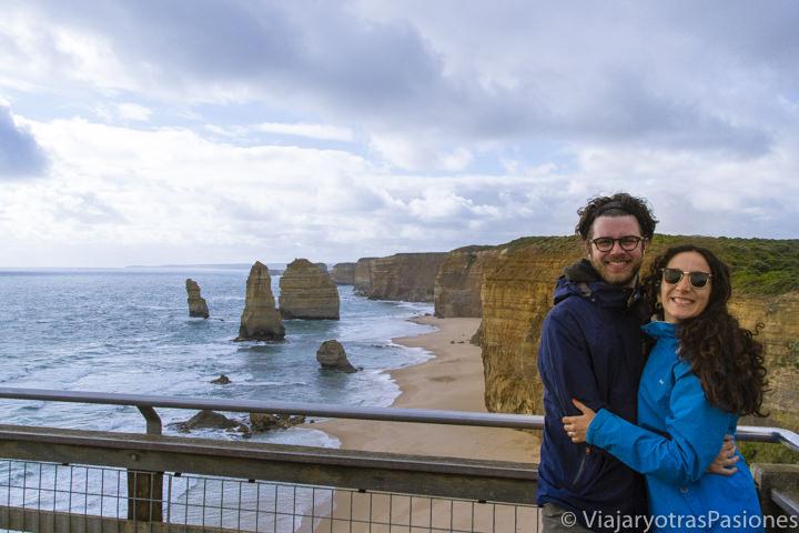 Felices frente a los Doce Apóstoles en la Great Ocean Road en el viaje a Melbourne y Victoria en Australia
