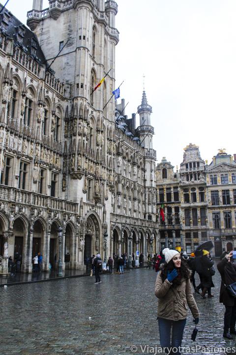 Detalle de la bonita fachada del ayuntamiento de Bruselas, Bélgica