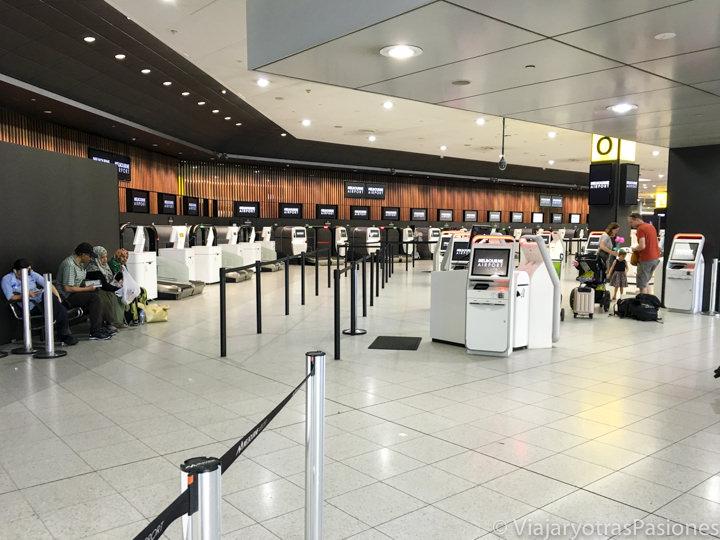 Sala de las salidas en aeropuerto Tullamarine en la ciudad de Melbourne en Australia