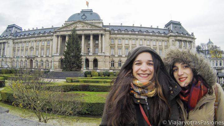 Foto sonrientes frente al Palacio Real en Bruselas en un fin de semana, en Bélgica