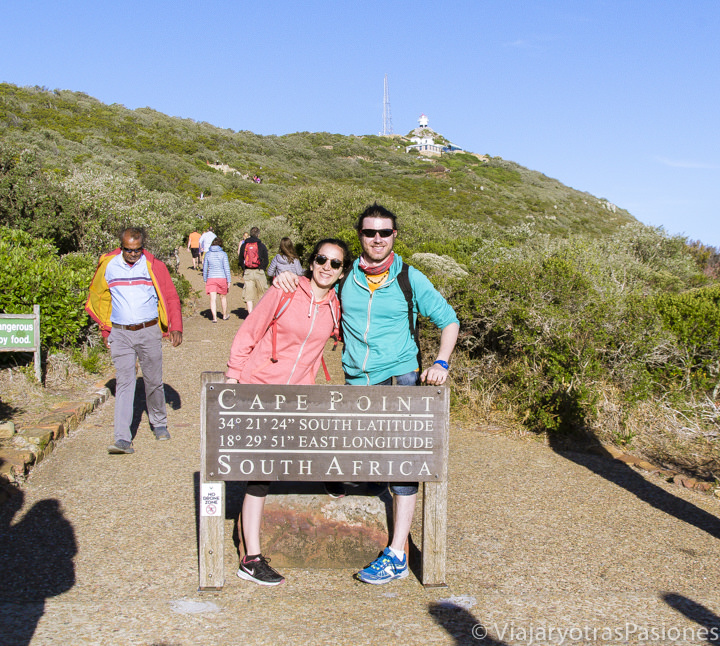 Posando detrás del señal de Cape Point en el Road trip por la Península del Cabo en Sudáfrica