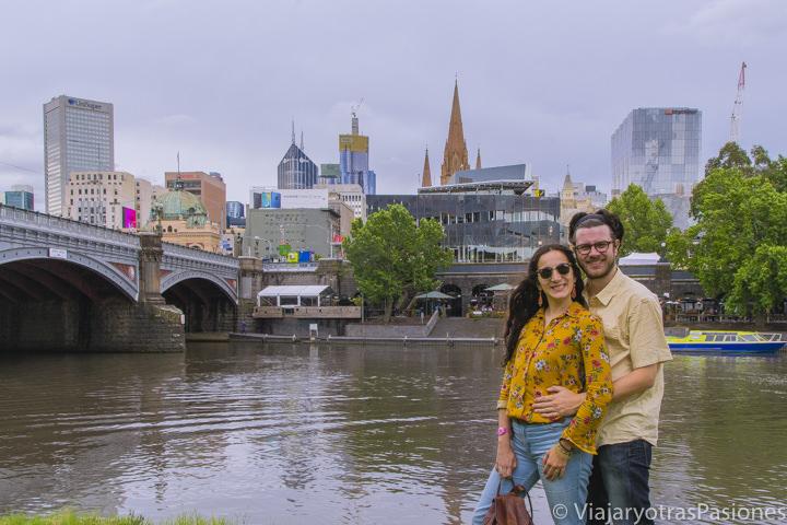 Sonrientes frente a el río Yarra en el paseo por Melbourne en un día en Australia