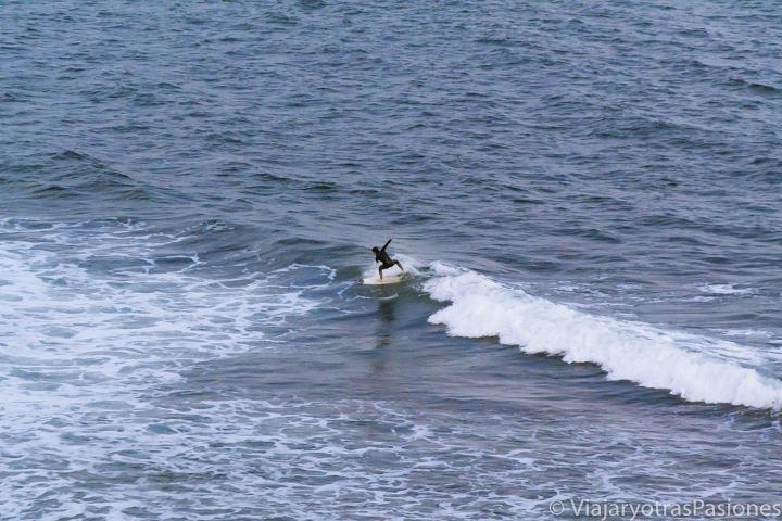 Haciendo surf en las olas de Bells Beach en Australia