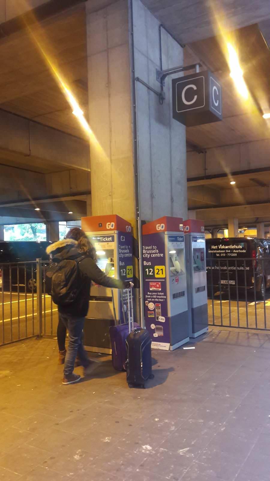 Máquina donde comprar los billetes para ir a Bruselas desde el aeropuerto, Bélgica