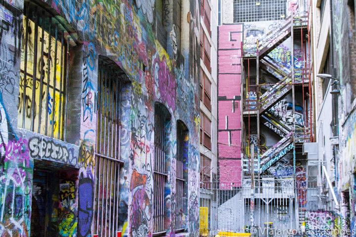 Colorida street Art en la famosa Hosier Lane en el paseo por Melbourne en un día en Australia