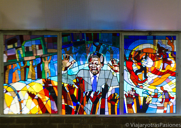 Histórica vidriera en la iglesia Regina Mundi en Soweto, Sudáfrica
