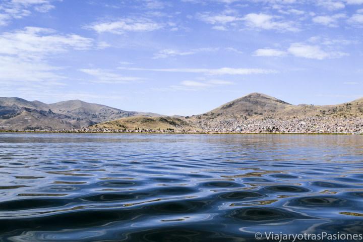 Paisaje bonito del Lago Titicaca en el viaje a Perú por libre