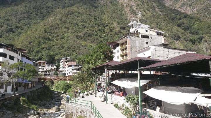 Vista de Aguas Calientes, el pueblo de Machu Picchu, desde el río, en el viaje a Perú en 3 semanas