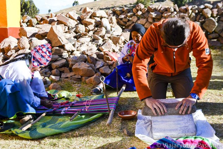 Actividades tradicionales en la Isla Amantaní en el Lago Titicaca en Perú