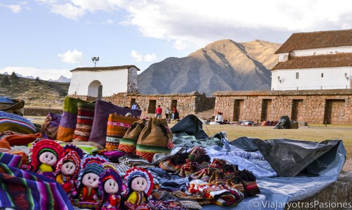 Plaza de la iglesia de Chinchero con artesanía peruana en el viaje a Perú para visitar el valle Sagrado