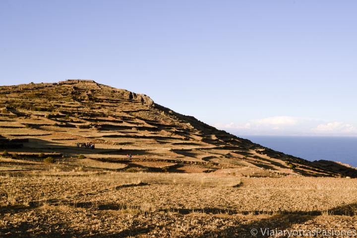 Terrazas y increíble paisaje de la isla Amantaní y la colina de Pachatata en el Lago Titicaca en Perú