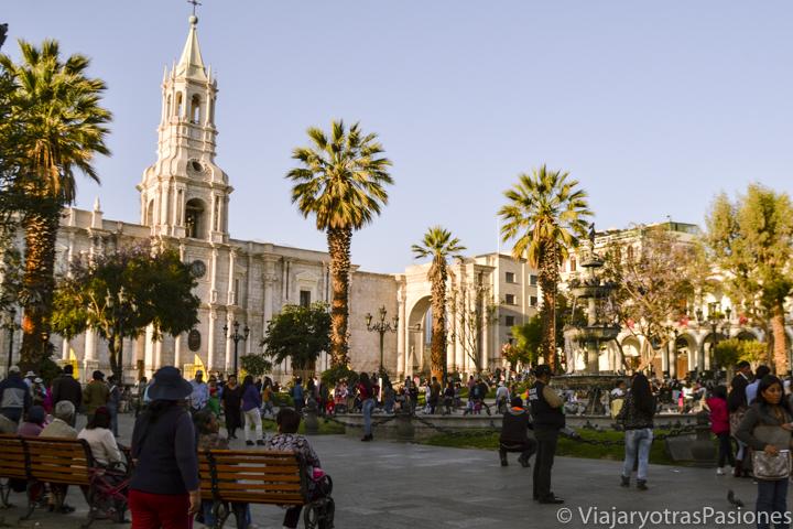 Bonita vista de la Plaza de Armas y su catedral en el paseo por Arequipa en un día en Perú