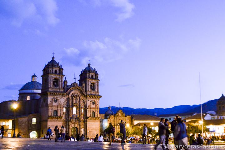 Atardecer muy bonito en la Plaza de Armas con la iglesia de la Compañía, en Cuzco