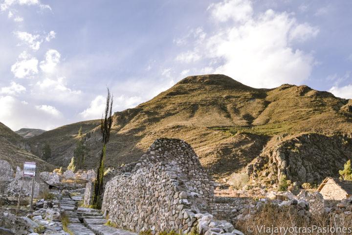 Atardecer en el sitio arqueológico de Uyo Uyo en el Cañón del Colca en Perú