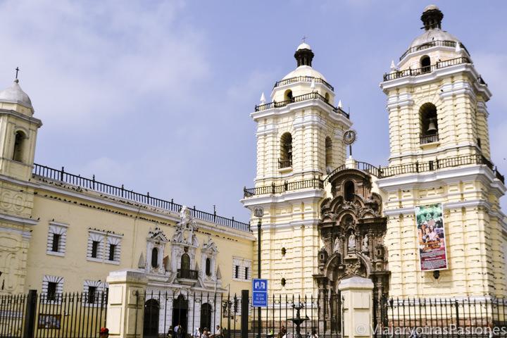 Bonita fachada amarilla de la iglesia y convento de San Francisco en Lima en Perú