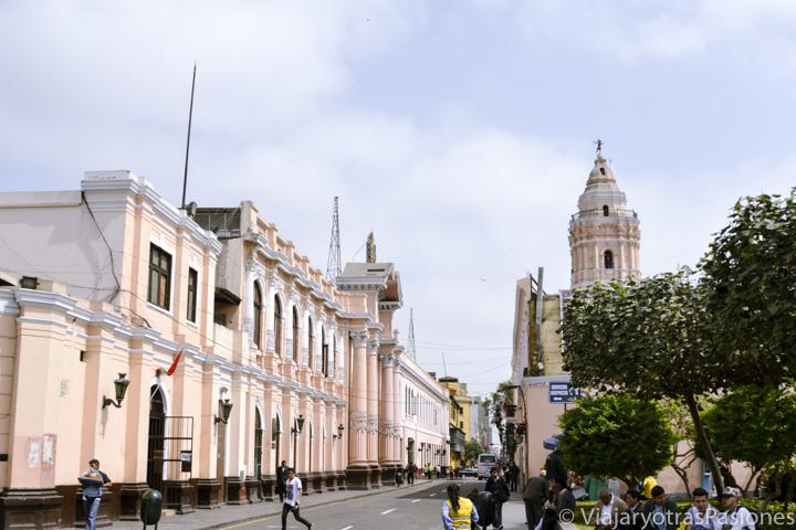 Vista de la calle cerca de la iglesia de Santo Domingo en Lima, Perú