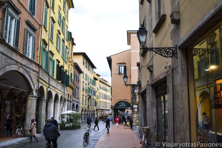 Ambiente agradable en Borgo Stretto en al centro histórico de Pisa en Italia