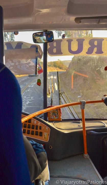 Interior del bus que viaja entre Chinchero y Urubamba en el valle Sagrado en Perú