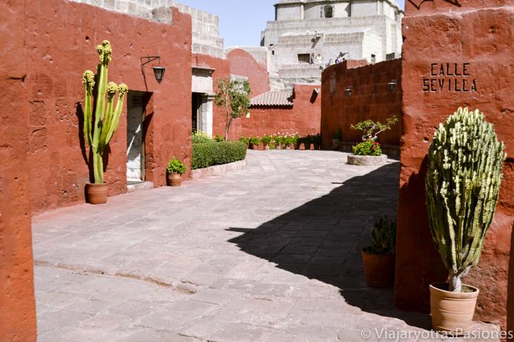 Callejón en el monasterio colonial de Santa Catalina en Perú