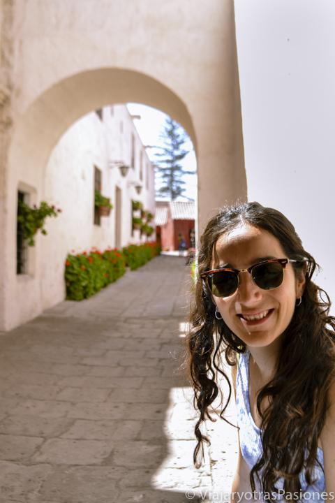 La blanca y hermosa calle Cordoba en el monasterio de Santa Catalina en el paseo por Arequipa en un día en Perú