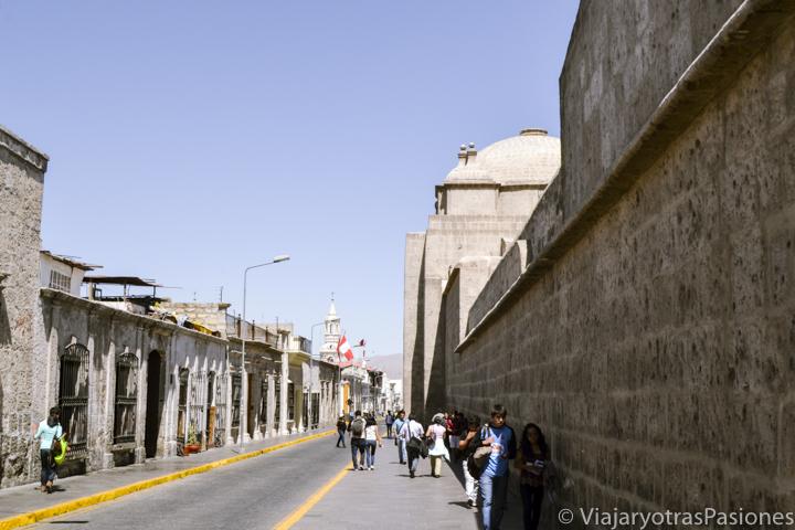 La importante calle Santa Catalina qué cruza la ciudad de Arequipa en Perú