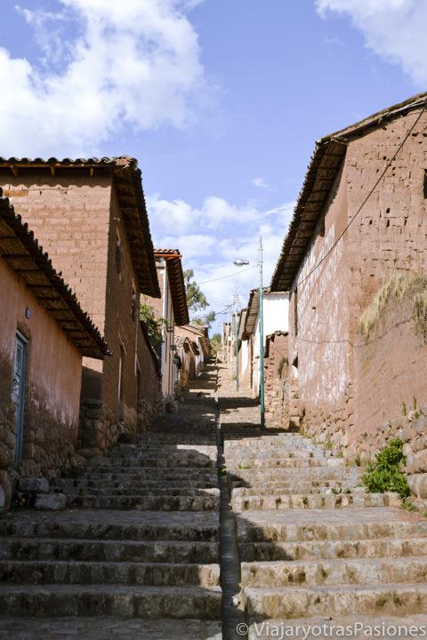 Típica calle empedrada en Chinchero cerca del valle Sagrado en Cuzco en Perú