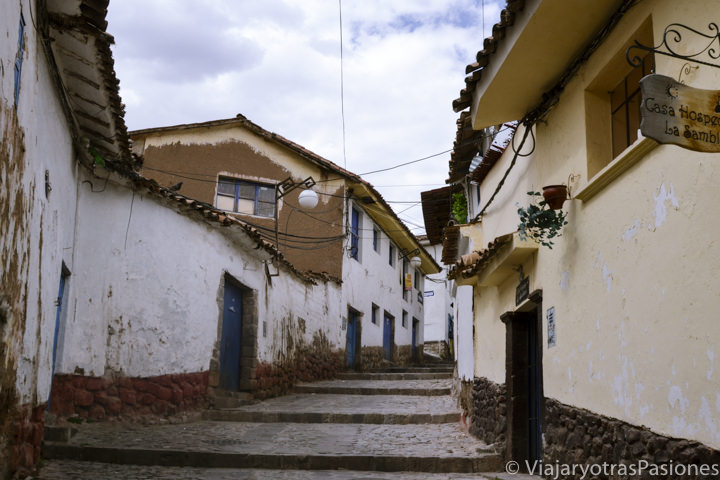 Típica calle empedrada y empinada en el hermoso barrio de San Bias en Cuzco en Perú