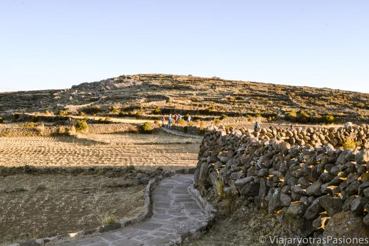 Camino para ir a la colina de Pachamama en la isla Amantaní en Perú