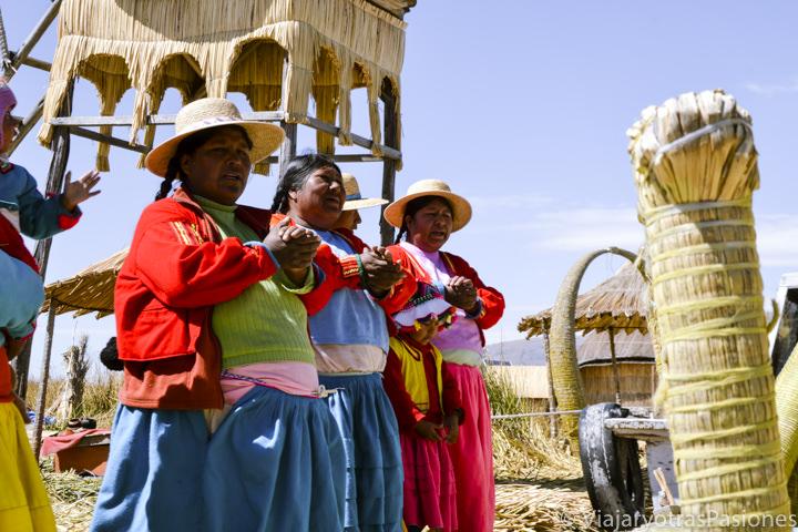 Mujeres cantando en las islas flotantes Uros en visitar el Lago Titicaca en Perú