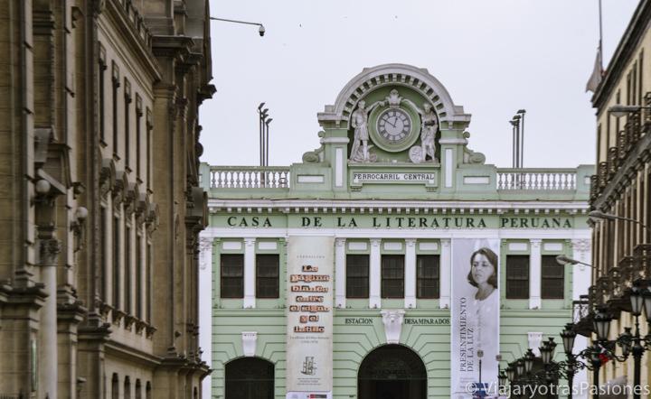 Edificio verde de la casa de la literatura peruana cerca de la Plaza de Armas en Lima en Perú