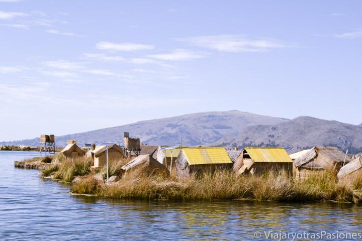 Típicas casas en las islas flotantes Uros en visitar el lago Titicaca en Perú