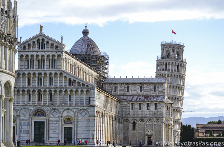 Famosa vista de la Piazza dei Miracoli con su duomo y la torre inclinada en Pisa en Italia