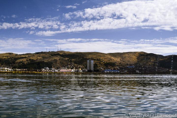 Panoramica de Puno desde el barco en el Lago Titicaca en Perú