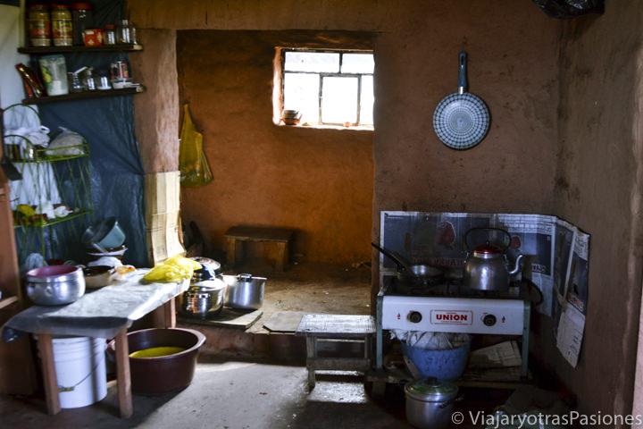 Cocina tradicional en una casa de la isla Amantaní en Perú en el Lago Titicaca