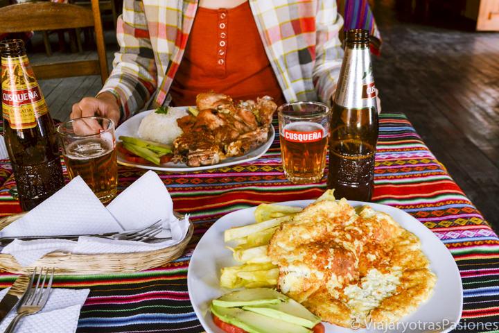 Deliciosa comida y cerveza tradicional en el pueblo de Pisac en Perú
