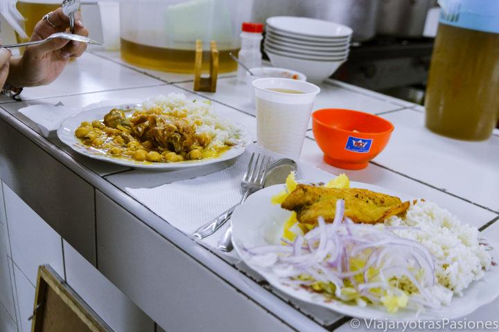 Deliciosa comida en el mercado central en el paseo por Lima en un día en Perú