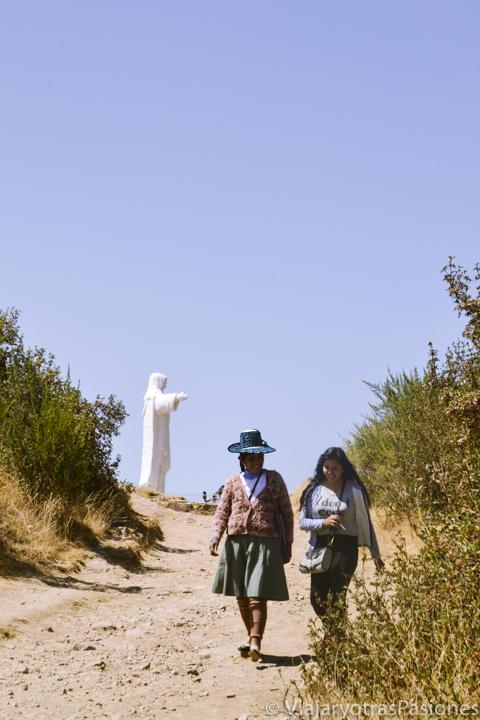 Dos mujeres peruanas cerca del Cristo Blanco en qué ver Cuzco en 2 días en Perú