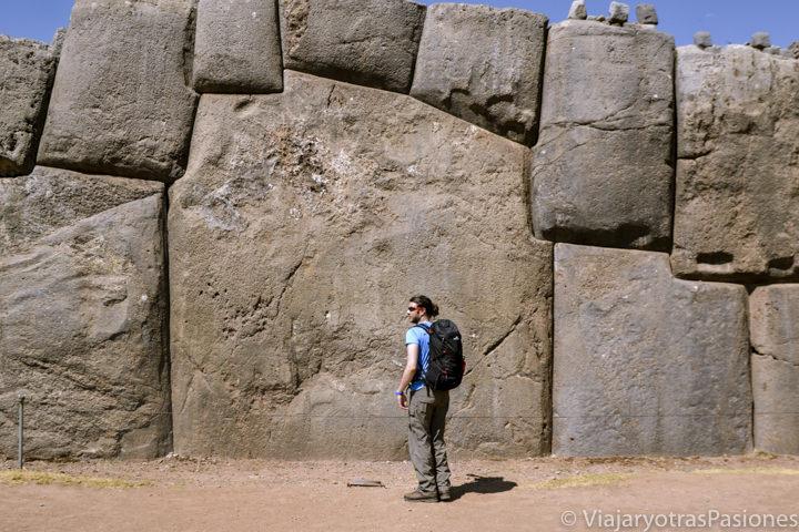 Enormes piedras Incas en el sitio arqueológico de Sacsayhuaman, Cuzco
