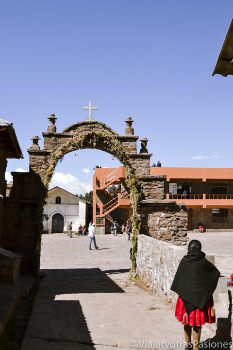 Entrada del pueblo de la Isla Taquile en la hermosa isla Taquile en Perú