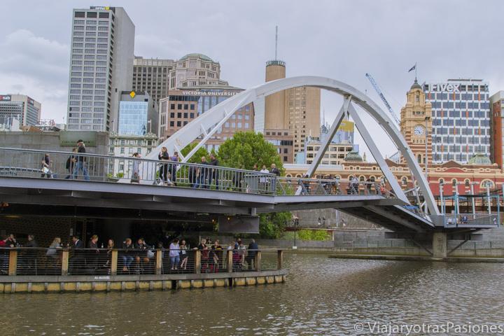 En el paseo por Melbourne en un día no te puedes perder el puente Evan Walker que cruza el río Yarra en Melbourne