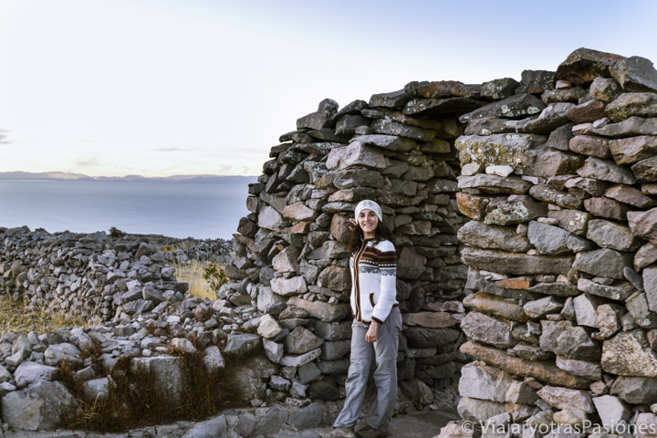 Puerta de las ruinas arqueológicas de Pachamama en la isla Amantaní en Perú