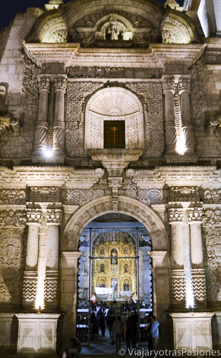 Fachada de la espectacular iglesia de la Compañía en el paseo por Arequipa en un día en Perú