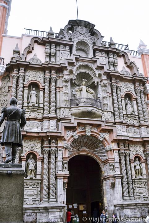 Espectacular fachada de la iglesia de la Merced en el Jirón de la Unión en Lima en Perú