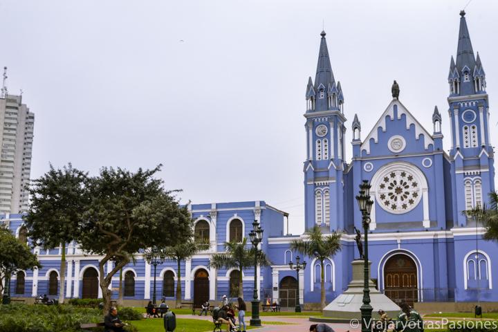 Hermosa iglesia azul de la Recoleta en centro histórico de Lima en Perú